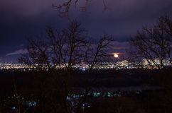Πανόραμα του τοπίου πόλεων νύχτας, των κοισμένος τετάρτων με τα ψηλά σπίτια και των σταυροδρομιών στοκ φωτογραφία με δικαίωμα ελεύθερης χρήσης