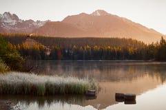 Πανόραμα του τοπίου pleso Strbske σε υψηλό Tatras στην ανατολή Στοκ εικόνα με δικαίωμα ελεύθερης χρήσης