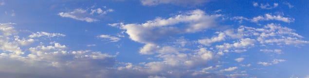 Πανόραμα του υποβάθρου μπλε ουρανού στοκ εικόνα