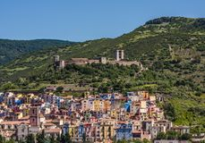 Πανόραμα του φυσικών χωριού Bosa και του φρουρίου, Σαρδηνία, Ιταλία στοκ εικόνες