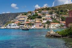 Πανόραμα του χωριού Assos και του όμορφου κόλπου θάλασσας, Kefalonia, Ελλάδα Στοκ εικόνες με δικαίωμα ελεύθερης χρήσης