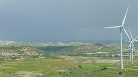 Πανόραμα του όμορφου τοπίου, φυσικό περιβάλλον, αιολικό πάρκο στον πράσινο τομέα απόθεμα βίντεο