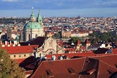 Πανόραμα του namesti Malostranske, παλαιά πόλη της Πράγας με τις κόκκινες στέγες Στοκ εικόνα με δικαίωμα ελεύθερης χρήσης