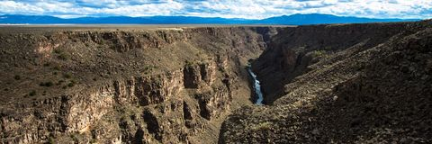 Πανόραμα του Rio Grande και του φαραγγιού του όπως βλέπει από τη γέφυρά του στο βόρειο Νέο Μεξικό στοκ εικόνα