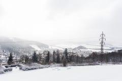 Πανόραμα των αιχμών υψηλών βουνών Αλπικά βουνά το χειμώνα Πανοραμική άποψη των χιονωδών βουνών Στοκ Φωτογραφία