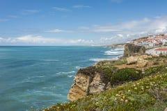 Πανόραμα των απότομων βράχων Azenhas do Mar στην πορτογαλική ατλαντική ακτή στοκ εικόνα