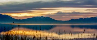 Πανόραμα των βουνών και της λίμνης στην ανατολή Στοκ φωτογραφία με δικαίωμα ελεύθερης χρήσης