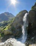 Πανόραμα των βουνών με τον καταρράκτη Στοκ Εικόνες