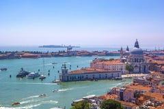 Πανόραμα των ιταλικών σπιτιών με τις κόκκινες κεραμωμένες στέγες, την αδριατική θάλασσα και το μεγάλο κανάλι με τις βάρκες και τι Στοκ Εικόνα
