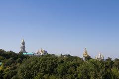 Πανόραμα των λόφων του Κίεβου με έναν ορίζοντα φιαγμένο από θόλους του μοναστηριού και των εκκλησιών Pechersk Lavra, που περιβάλλ στοκ εικόνες με δικαίωμα ελεύθερης χρήσης