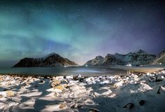 Πανόραμα των borealis αυγής με τα αστέρια πέρα από τη σειρά βουνών με στοκ φωτογραφίες με δικαίωμα ελεύθερης χρήσης