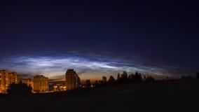 Πανόραμα των noctilucent σύννεφων στο νυχτερινό ουρανό Στοκ φωτογραφίες με δικαίωμα ελεύθερης χρήσης