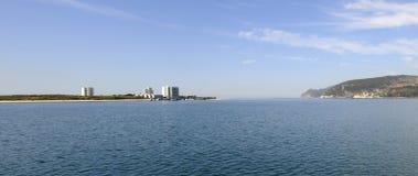 Πανόραμα χερσονήσων Troia, μπλε ουρανός, νερό, διακοπές - Arrabida Στοκ Φωτογραφίες