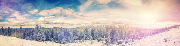 Πανόραμα - χιονισμένο πεύκο ορών και μπλε τέλειος ουρανός, με τα σύννεφα στα βουνά Στοκ φωτογραφία με δικαίωμα ελεύθερης χρήσης