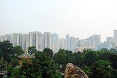 Πανόραμα Χονγκ Κονγκ των οδών, των πάρκων, των θρησκευτικών κτηρίων και των ουρανοξυστών στοκ εικόνα με δικαίωμα ελεύθερης χρήσης