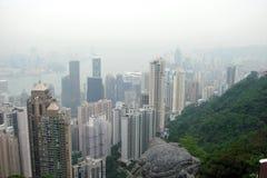 Πανόραμα Χονγκ Κονγκ των ουρανοξυστών μεγαλουπόλεων που περιβάλλονται από τον κόλπο θάλασσας στοκ εικόνες