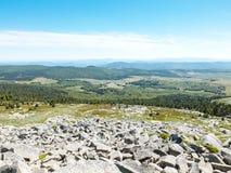 Πανόραμα Mont Lozere με τις πέτρες, τους βράχους και τα δάση, Cevennes, Γαλλία Στοκ Εικόνες