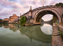 Πανόραμα Ponte Sant ` Angelo και Castel Sant ` Angelo στο Morn Στοκ Εικόνες