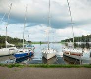Πανόραμα sailboats κοντά στην αποβάθρα της θάλασσας Kaunas, Λιθουανία Στοκ Εικόνα