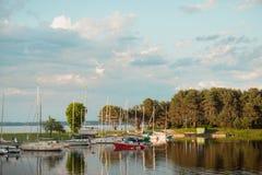 Πανόραμα sailboats κοντά στην αποβάθρα της θάλασσας Kaunas, Λιθουανία Στοκ Εικόνες