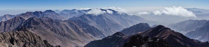 Πανόραμα Toubkal και άλλες υψηλότερες αιχμές βουνών των υψηλών βουνών ατλάντων στο εθνικό πάρκο Toubkal, Μαρόκο Στοκ Φωτογραφία