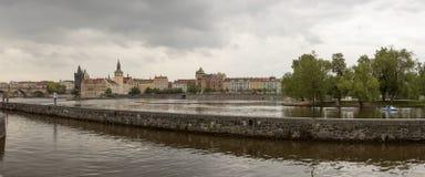 Πανόραμα Vltava riverfront στην Πράγα, Δημοκρατία της Τσεχίας στοκ εικόνες με δικαίωμα ελεύθερης χρήσης