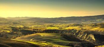 Πανόραμα Volterra, κυλώντας λόφοι και πράσινοι τομείς Τοσκάνη, Ital στοκ εικόνες