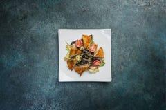 Παν-ασιατική σαλάτα, λαχανικά με το τηγανισμένο κοτόπουλο Σε ένα τετραγωνικό άσπρο πιάτο Τοπ όψη Στοκ Φωτογραφία