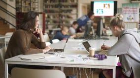 Παν πυροβολισμός δύο σπουδαστών αρσενικών και του θηλυκού που εργάζεται στη βιβλιοθήκη φιλμ μικρού μήκους