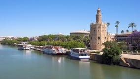 Παν πυροβολισμός εικονικής παράστασης πόλης της Σεβίλλης Torre del Oro και ποταμός του Γκουανταλκιβίρ, Ανδαλουσία, Ισπανία απόθεμα βίντεο