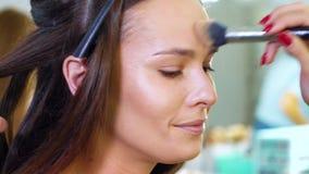 Παν πυροβολισμός της νέας γυναίκας που παίρνει hairstyle και makeup από τους επαγγελματίες απόθεμα βίντεο