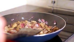 Παν τηγανητά κινηματογραφήσεων σε πρώτο πλάνο τα λαχανικά στο πιάτο απόθεμα βίντεο