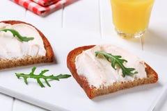Παν-τηγανισμένο ψωμί με αλμυρό που διαδίδεται στοκ φωτογραφίες με δικαίωμα ελεύθερης χρήσης