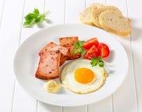 Παν-τηγανισμένο Leberkase με το ηλιόλουστο δευτερεύον επάνω τηγανισμένο αυγό Στοκ Εικόνες