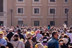 Παπάς Francis και πλήθος Στοκ εικόνες με δικαίωμα ελεύθερης χρήσης