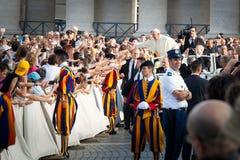 Παπάς Francis (μπαμπάς Francesco) στο πλήθος Στοκ φωτογραφίες με δικαίωμα ελεύθερης χρήσης