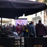 Παπάς Francis στη Νάπολη Άνθρωποι που προσέχουν τη μάζα στη μεγάλη οθόνη Στοκ εικόνα με δικαίωμα ελεύθερης χρήσης