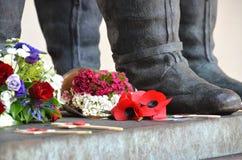 Παπαρούνες ενθύμησης σε ένα πολεμικό μνημείο στοκ εικόνα με δικαίωμα ελεύθερης χρήσης