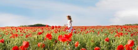 παπαρούνες κοριτσιών φορ& Στοκ εικόνες με δικαίωμα ελεύθερης χρήσης