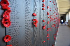 Παπαρούνες που αφήνονται από τους επισκέπτες στο αυστραλιανό πολεμικό μνημείο Στοκ Φωτογραφία