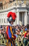 Παπική ελβετική φρουρά σε ομοιόμορφο στοκ εικόνες με δικαίωμα ελεύθερης χρήσης