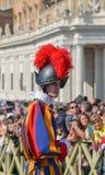 Παπική ελβετική φρουρά σε ομοιόμορφο στοκ φωτογραφία