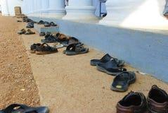 Παπούτσια έξω από έναν ινδό ναό Στοκ Φωτογραφίες