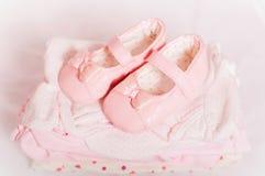 Παπούτσια λίγων ρόδινα μωρών και ενδύματα μωρών Στοκ εικόνα με δικαίωμα ελεύθερης χρήσης
