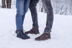 Παπούτσια ανδρών και των γυναικών στο snowal υπόβαθρο πετρών Τεμάχιο ενός τοίχου από μια πελεκημένη πέτρα στοκ εικόνες με δικαίωμα ελεύθερης χρήσης