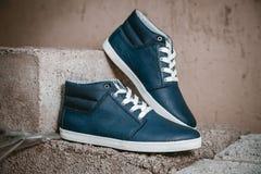 Παπούτσια ατόμων, πάνινα παπούτσια στη φύση Στοκ Φωτογραφίες