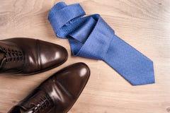 Παπούτσια ατόμων ` s εξαρτημάτων ατόμων ` s, δεσμός σε ένα ξύλινο υπόβαθρο Κλασικά εξαρτήματα ατόμων ` s Τοπ όψη Στοκ Φωτογραφία