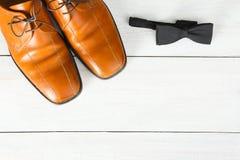 Παπούτσια ατόμων ` s και δεσμός τόξων στοκ εικόνες