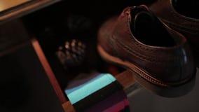 Παπούτσια ατόμων ` s του νεόνυμφου στη ημέρα γάμου πριν από τη σοβαρή τελετή απόθεμα βίντεο