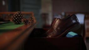 Παπούτσια ατόμων ` s του νεόνυμφου στη ημέρα γάμου πριν από τη σοβαρή τελετή φιλμ μικρού μήκους